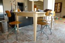 appartamento signorile- cucina con tavolo disegnato su misura- pavimento con cotto toscano di recupero
