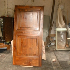 il portone d'ingresso realizzato da Marco Fabbri con legno di pino della pineta Ravennate