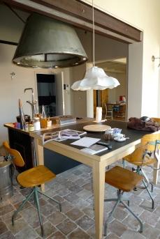 tavolo cucina realizzato con legno di faggio e piano lavagna recuperato