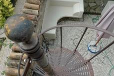 scala a chiocciola in ferro battuto recuperata