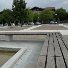 fontana in marmo di carrara sedute in legno Iroko